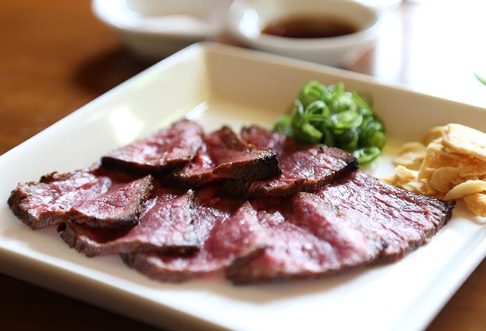 ユッケ用の神戸牛。ポン酢でどうぞ。