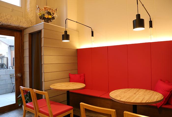赤いシートが印象的なテーブル席もございます。