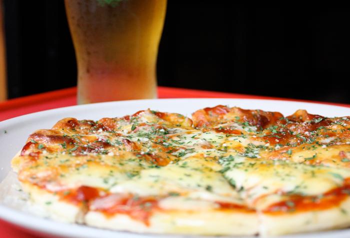 ピザは他にもサラミピザ¥800、スモークサーモンピザ¥1,000もご用意してます。