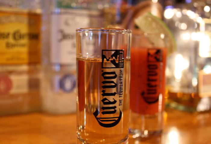 メキシコではチェイサーとしてトマトジュースを使ったサングリータを飲むのが一般的です。テキーラとセットでお楽しみください。
