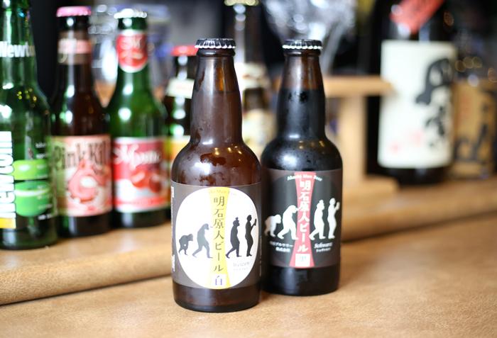 白:フルーティーな香りが特徴の日本ビール。/黒:あっさりしたやさしい味の黒ビールです。
